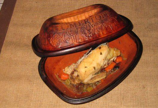 Römertopf mit einem tranchierten Huhn (Bild: Bullenwächter, Wikimedia, CC)