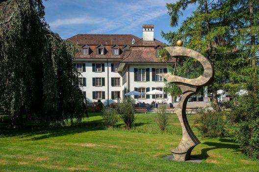 Schloss Hünigen, Park mit einer Skulptur von Housi Knecht. (Bild: © WillYs Fotowerkstatt - Wikimedia, CC BY-SA 3.0)