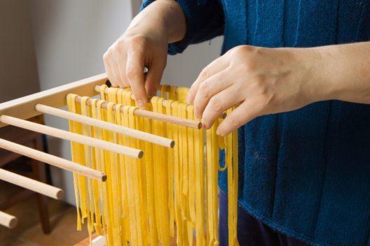 Sind die Nudeln richtig trocken, können sie bis zu drei Monate aufbewahrt werden. (Bild: LUCARELLI TEMISTOCLE – Shutterstock.com)