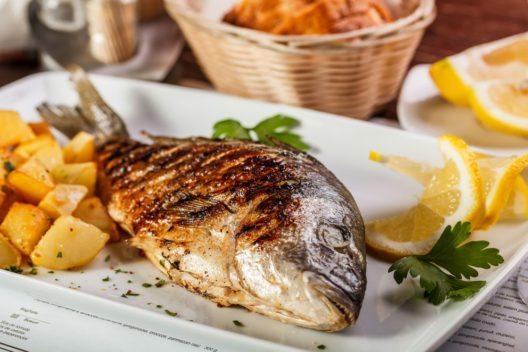 Die Südeuropäer essen weniger Fleisch, sondern setzen auf frisch zubereiteten Fisch. (Bild: grafvision – Shutterstock.com)