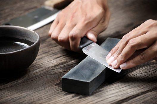 Beim Messerschärfen ist der Winkel ganz entscheidend. (Bild: NorGal – Shutterstock.com)
