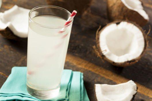 Kokoswasser als Erfrischung (Bild: Brent Hofacker – Shutterstock.com)