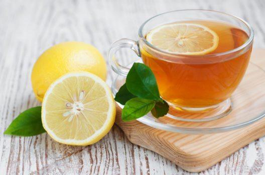 Bei richtiger Zubereitung von grünem Tee kann man tatsächlich abnehmen. (Bild: Es75 – Shutterstock.com)