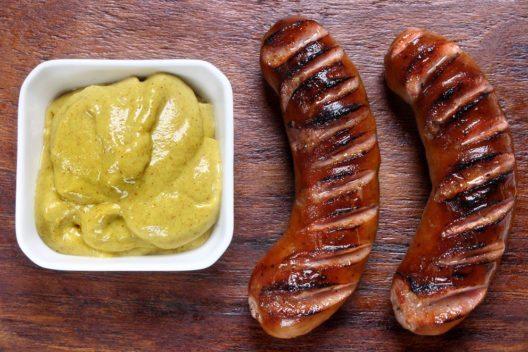 Bratwurst mit Senf (Bild: papkin – Shutterstock.com)