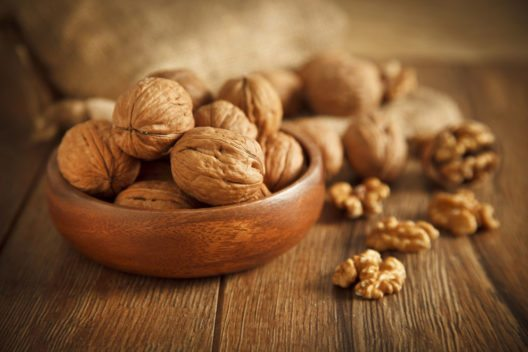 Walnüsse sind aufgrund des Anteils an Omega-3-Fettsäuren besonders gesund. (Bild: gorkem demir – Shutterstock.com)