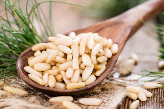 Pinienkerne sind nicht nur gesund, sie schmecken auch hervorragend. (Bild: HandmadePictures – Shutterstock.com)