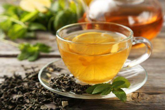 Grüner Tee mit Zitrone (Bild: 5 second Studio – Shutterstock.com)