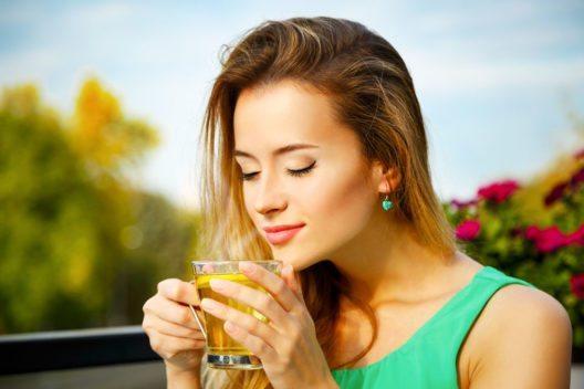 Als gesundheitsförderndes Getränk eignet sich vor allem grüner Tee. (Bild: brickrena – Shutterstock.com)