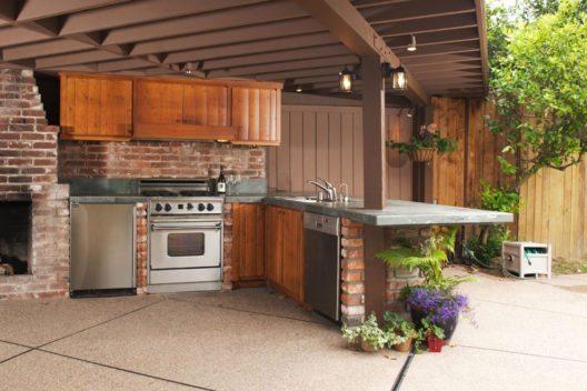 Mit der Outdoor-Küche stellt sich auch ein Gefühl des Luxus ein. (Bild: imging – Shutterstock.com)