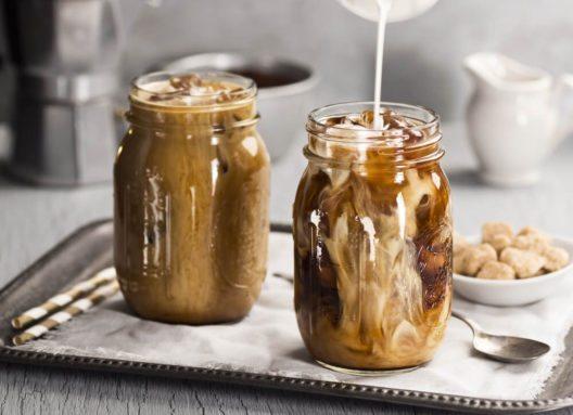 Eiskaffee und Frappé lassen sich ganz leicht zu Hause zubereiten. (Bild: viennetta – Shutterstock.com)