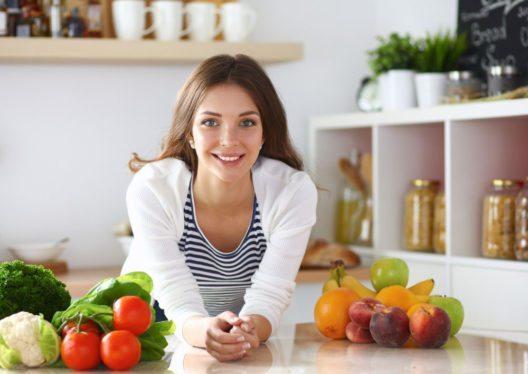 Die Basis einer gesunden Ernährung sollten Obst und Gemüse bilden. (Bild: lenetstan – Shutterstock.com)