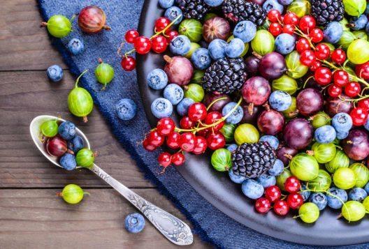 Die Beeren strotzen nur so vor Vitaminen, die nicht nur gesund sind, sondern auch die schlanke Linie fördern. (Bild: leonori – Shutterstock.com)