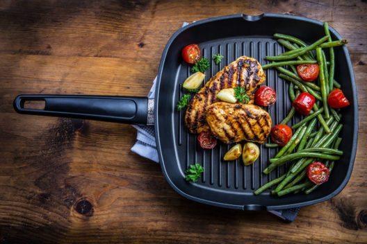 Auch in der Küche kann man Fleisch und Gemüse lecker anbraten. (Bild: Marian Weyo – Shutterstock.com)