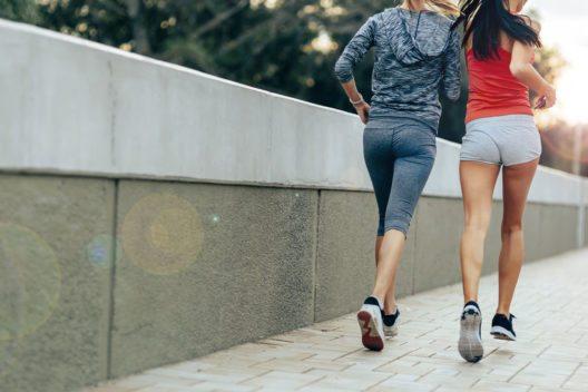 Zu jeder Gewichtsreduktion gehört auch gezielte Bewegung. (Bild: Andor Bujdoso – Shutterstock.com)