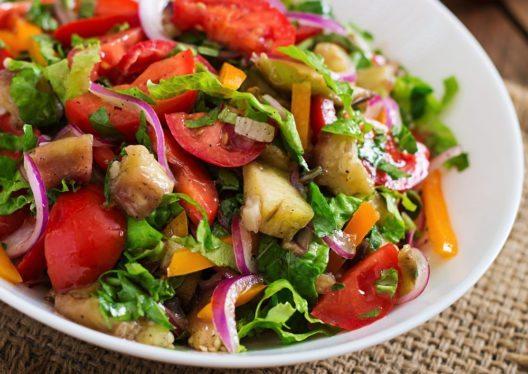 Die mediterrane Küche bietet eine unglaubliche Gemüsevielfalt. (Bild: Timolina – Shutterstock.com)