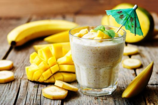 Mit saftigem Obst schmeckt der Proteinshake gleich viel besser. (Bild: Nataliya Arzamasova – Shutterstock.com)