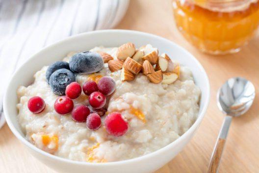 Haferbrei - ein lange sättigendes Wohlfühlfrühstück. (Bild: Vladislav Nosik – Shutterstock.com)