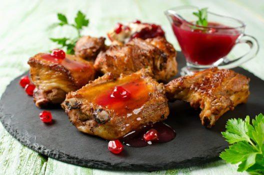 Die Kerne sind zum Abschmecken von Fleisch- oder Fischgerichten Gut geeignet. (Bild: vkuslandia – Shutterstock.com)