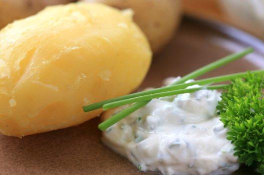 Backkartoffeln mit Kräuterquark (Bild: Karen Kaspar – Shutterstock.com)
