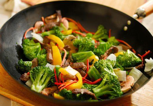 Die Wokpfanne unterstützt eine gesunde und fettarme Ernährung. (Bild: Joshua Resnick – Shutterstock.com)