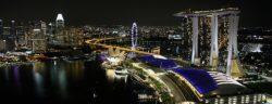 Ausblick vom LeVel33 - einer der Skybars der Stadt - auf Marina Bay mit den drei T¸rmen des Marina Bay Sands Hotel im Vordergrund