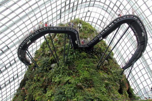Der HighTech Garten in zwei riesigen Kuppeln untergebracht - der eine Garten beherbergt Pflanzen aus den subtropischen Trockenklimaten, der andere aus den tropischen Hochlandschungel-Regionen. Hier gibt es auch den Skywalk ¸ber Wasserf‰lle und den Urwaldberg. Eine Mrd Dollar hat das ganze Projekt gekostet. (Bild: © Wolfgang Weitlaner)