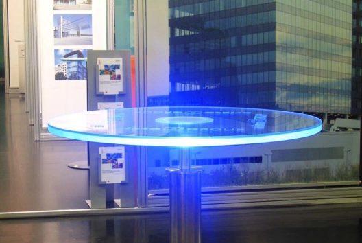 Das Besondere an den LED-Tischen ist ihre Leuchtkraft. (Bild: aristob.com)