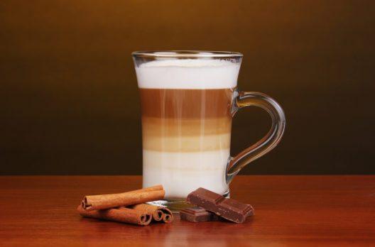 Latte Macchiato (Bild: © Africa Studio - shutterstock.com)