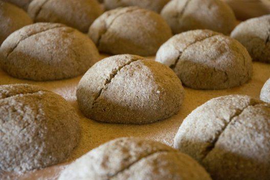 Roggenbrot – dafür ist das Oberwallis bekannt. Diese noch ungebackenen Brote entstanden komplett in der Grafschaft im Obergoms.