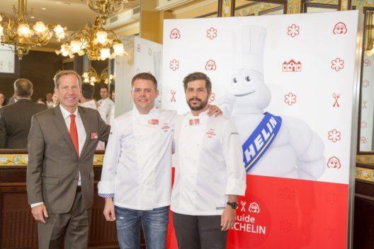 v.l.: Michael Ellis, int. Direktor des Guide MICHELIN, mit den beiden neuen 2-Sterne-Köchen Stefan Heilemann, Ecco Zürich, und Sven Wassmer, Silver. (Bild: Michelin)