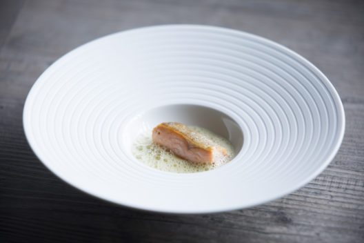 "Seit jeher Benjamin Parths ""Signature Dish"": ""SEESAIBLING – Erdäpfel – Enzian"" (Bild: © Joerg Lehmann)"