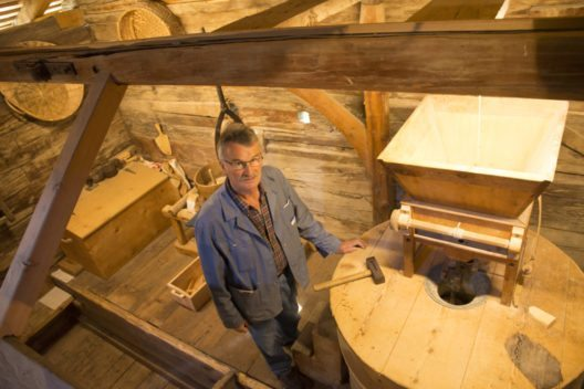 Während auf den Feldern gesät wird, verarbeitet wenige hundert Meter entfernt Fritz Imhof das im Sommer geerntete Getreide in der Mühle Selkingen