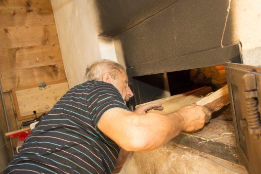…während Willy Werlen den Holzbackofen einheizt.