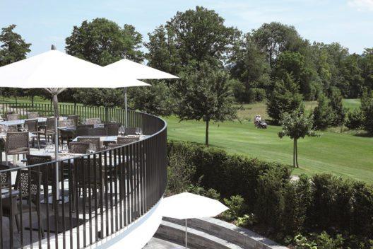 Terassse mit Aussicht auf Golfplatz (Bild: © LION D'OR)