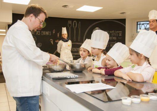 Im Kochkurs erfahren die Kinder von Spitzenkoch Stéphane Décotterd, Le Pont de Brent, Tricks und Kniffe für ein gesundes und schmackhaftes Essen