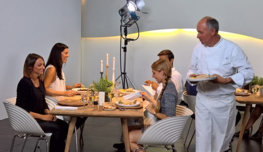 Nach seiner Kocheinlage serviert Marc Haeberlin Poularden Supreme auf Wokgemüse und Kurkumareis, ausserdem Seeteufel auf Blattspinat und Rote Beete mit Orangenbutter.