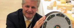 """Affineur Walo von Mühlenen mit dem Rotwi Buurechäs am World Cheese Award 2016 in San Sebastian, Spanien / Weiterer Text über ots und www.presseportal.ch/de/nr/100053219 / Die Verwendung dieses Bildes ist für redaktionelle Zwecke honorarfrei. Veröffentlichung bitte unter Quellenangabe: """"obs/Affineur Walo von Mühlenen"""""""