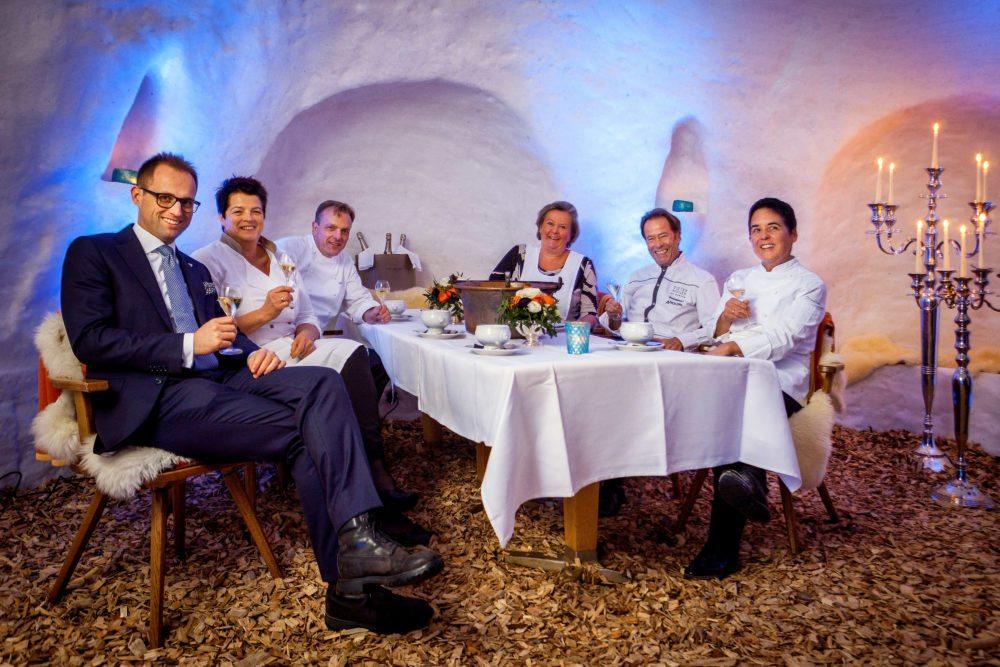 """Sternköchinnen und Köche beim Suppenfestival im Tschuggen Iglu-Dorf (von links): Leo Maissen (Hoteldirektor Tschuggen Grand Hotel), Anna Matscher (Restaurant """"Löwen""""), Uwe Seegert (Küchenchef Tschuggen Grand Hotel), Lisl Wagner-Bacher (""""Landhaus Wagner"""", Dieter Müller (""""Restaurant Dieter Müller"""" MS Europa) und Douce Steiner (Restaurant """"Hirschen"""")."""