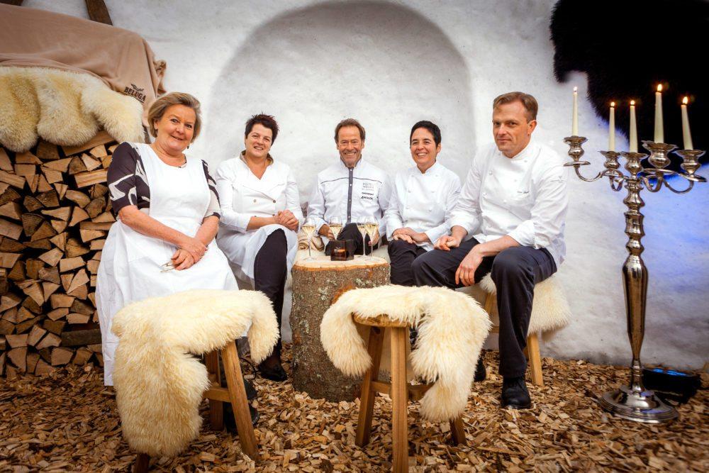 """""""Kochen Frauen anders?"""" – die Spitzenköchinnen und Köche der diesjährigen Gourmettour hatten die richtige Antwort (von links): Lisl Wagner-Bacher, Anna Matscher, Dieter Müller, Douce Steiner und Uwe Seegert."""