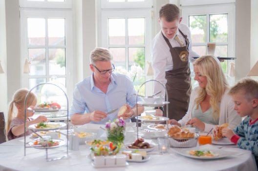 Familienfrühstück im Hotel