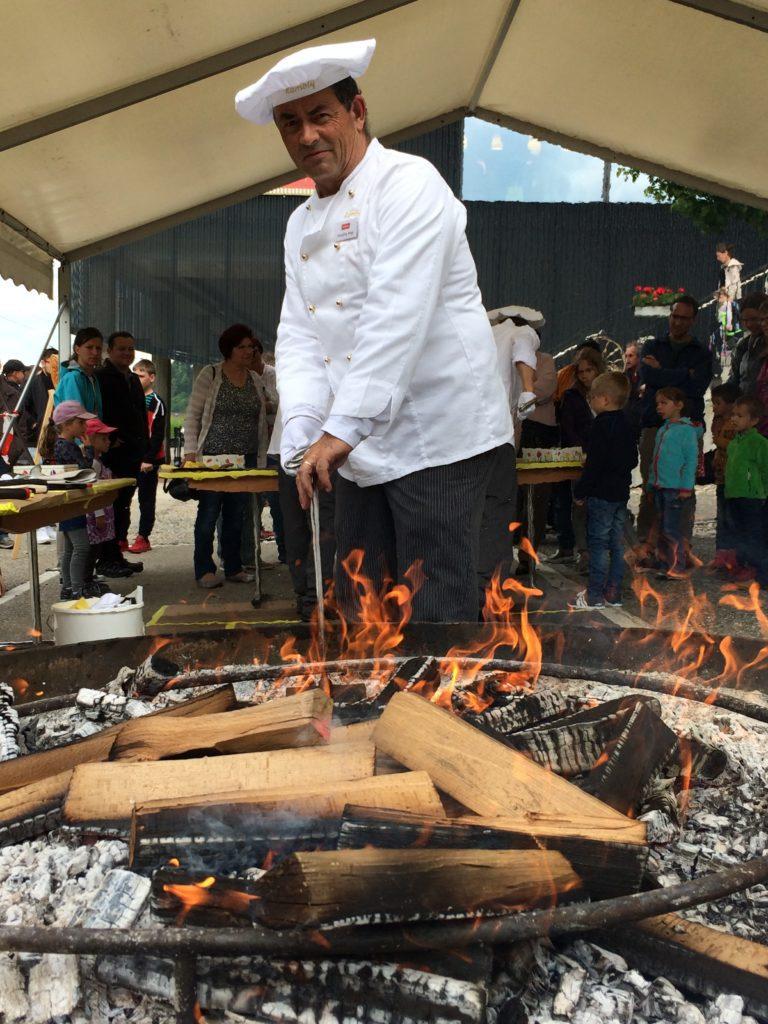 Hansjörg Hugi zeigt den zahlreichen Besuchern, wie früher Bretzeli über dem offenen Feuer gebacken wurden.
