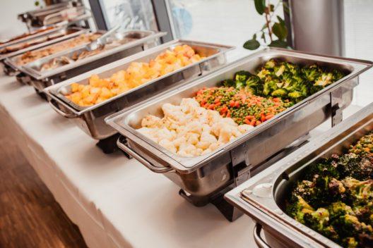 Ein professioneller Catering-Service liefert leckere Speisen. (Bild: LElik83 - shutterstock.com)