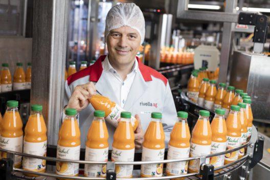Erland Brügger, Geschäftsleiter der Rivella AG, bei der Produktion von Michel Bodyguard, einem Bestseller aus dem Sortiment der Michel Fruchtsaftprodukte, der das Max Havelaar-Label trägt.