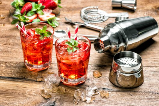 Cocktails an der Bar geniessen - so macht Feiern Spass. (Bild: LiliGraphie - shutterstock.com)