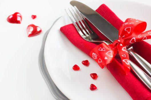 Romantische Tisch-Deko (Bild: Anna Shepulova - shutterstock.com)