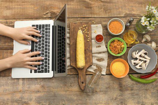 Laptop und Speisen (Bild: © Africa Studio - shutterstock.com)