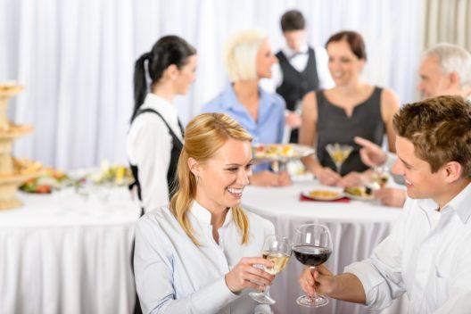 Die Gäste am Firmenevent kulinarisch verwöhnen (Bild: CandyBox Images - shutterstock.com)