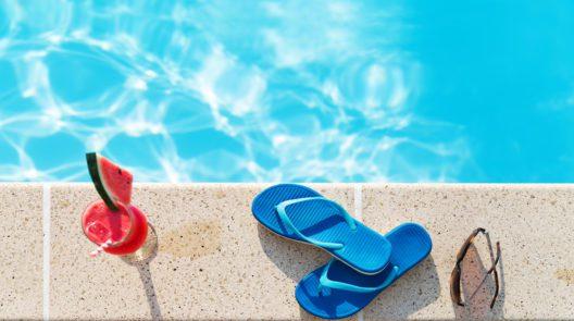 Ausreichend trinken ist auch im Schwimmbad wichtig (Bild: © Anna Moskvina - shutterstock.com)