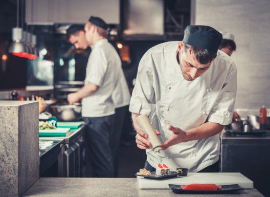 Gerade bei der Küchenarbeit gibt es Gefahren. (Bild: Volodymyr Goinyk - shutterstock.com)