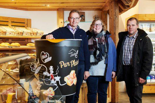 Michel Grossrieder (Direktor der Käserei Moléson AG), Caroline Quartenoud (Initiative FAIR) und Emmanuel Chassot (lokaler Milchproduzent)